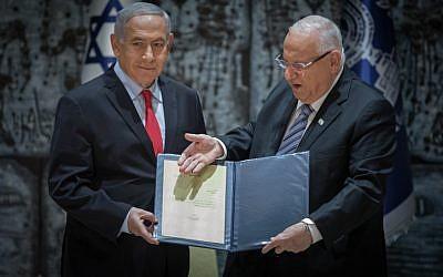 Le Président Reuven Rivlin (à droite) et le Premier ministre Benjamin Netanyahu alors que Rivlin charge Netanyahu de former la prochaine coalition, à la résidence du Président à Jérusalem le 17 avril 2019. (Noam Revkin Fenton/Flash90)