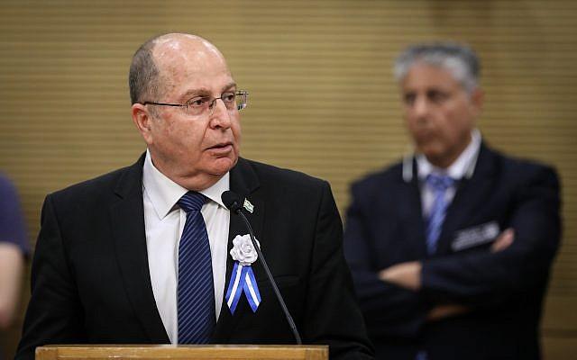 Le député de Kakhol lavan Moshe Yaalon s'exprime lors d'une réunion de faction avant la cérémonie de prestation de serment pour la 21ème Knesset, le 30 avril 2019 (Crédit : Noam Revkin Fenton/Flash90)