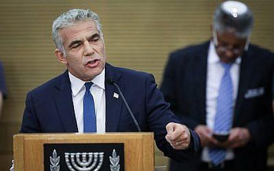 Le co-président de Kakhol lavan, Yair Lapid, à la session d'ouverture de la nouvelle Knesset, le 30 avril 2019. (Crédit : Noam Revkin Fenton/Flash90)