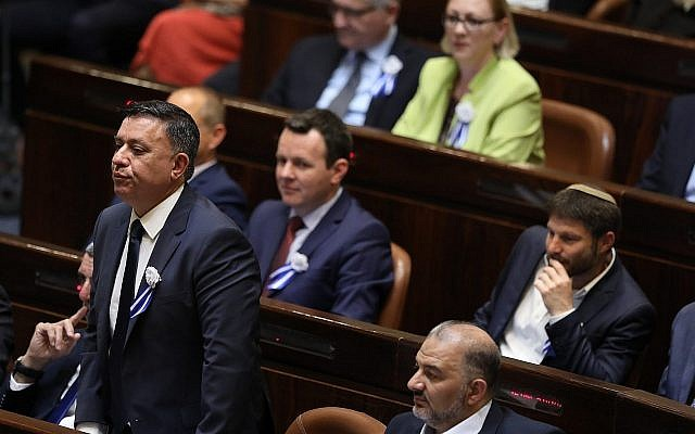 Le Parti travailliste d'Avi Gabbay en plénière durant la prestation de serment des membres de la Knesset, le 30 avril 2019 (Crédit : Noam Revkin Fenton/Flash90)