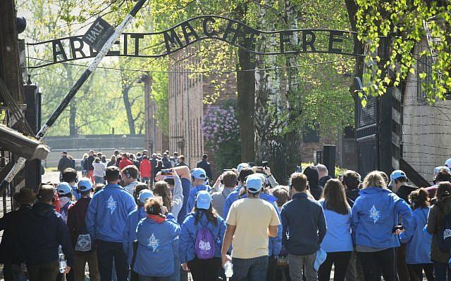 Des jeunes du monde entier à Auschwitz pour Yom HaShoah, le 1er mai 2019. (Crédit : Yossi Zeliger/Flash90)