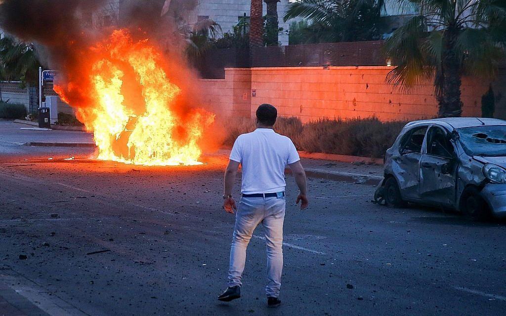 Une voiture en flammes après avoir été frappée par une roquette de la bande de Gaza à  Ashdod, dans le sud d'Israël, le 5 mai 2019 (Crédit : Flash90)
