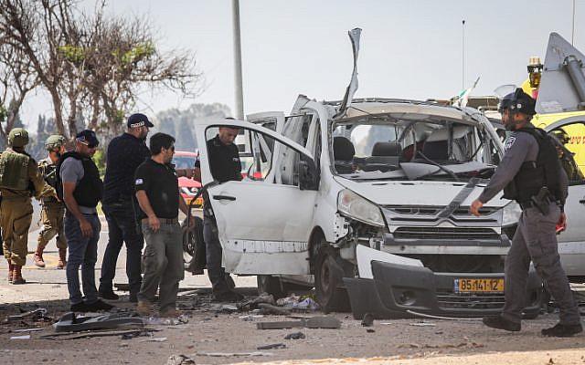 Une voiture touchée par une roquette tirée depuis la bande de Gaza près de la frontière Israël-Gaza, le 5 mai 2019. (Noam Rivkin Fenton/Flash90)