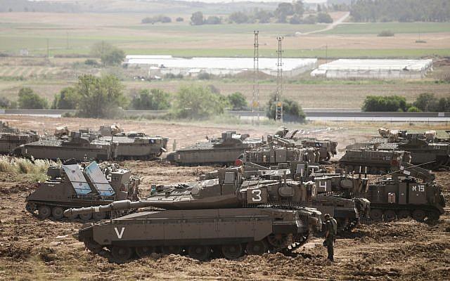 Des soldats israéliens près des tanks stationnés à proximité de la frontière avec Gaza, le 6 mai 2019 (Crédit : Aharon Krohn/Flash90)