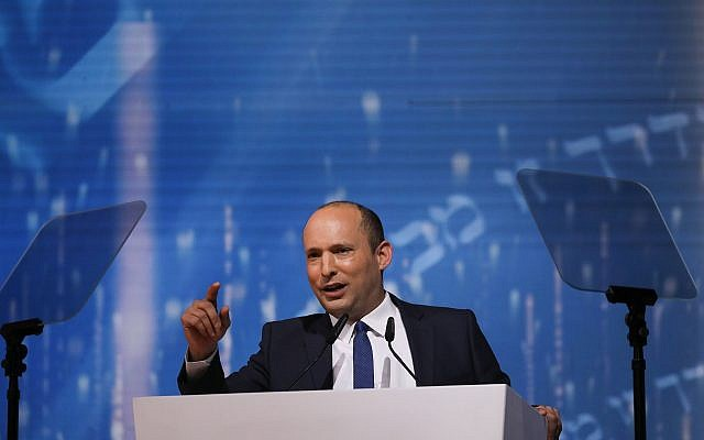 Le ministre de l'Education Naftali Bennett s'epxrime à la tribune de la cérémonie du Prix d'Israël à Jérusalem, lors de Yom HaAtsmaout, le 9 mai 2019 (Crédit :  Yonatan Sindel/Flash90)