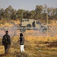 Des manifestants palestiniens affrontent les forces de sécurité israéliennes lors d'une manifestation à la frontière entre Israël et Gaza, dans la partie orientale de Rafah, dans le sud de la bande de Gaza, le 10 mai 2019. (Abed Rahim Khatib/Flash90)
