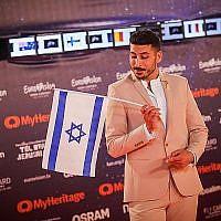 Le concurrent israélien Kobi Marimi marche sur le tapis orange au cours de la cérémonie d'ouverture du concours de l'Eurovision, place Habima à Tel Aviv, le 12 mai 2019 (Crédit : Hadas Parush/Flash90)