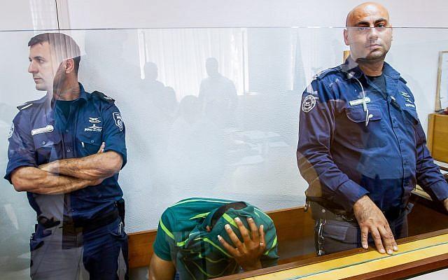 Ghassan Manduri, 36 ans, du village bédouin deTuba-Zangariyye en Galilée, au tribunal. Il est suspecté d'avoir empoisonné huit vautours, le 13 mai 2019. (Crédit : Basel Awidat/Flash90)