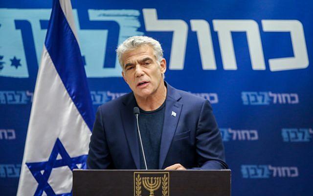 Le co-dirigeant de Kakhol lavan, Yair Lapid, fait une déclaration devant les médias à la Knesset de Jérusalem, le 13  mai 2019 (Crédit : Noam Revkin Fenton/Flash90)