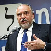 Avigdor Liberman, président de Yisrael Beytenu, dirige une réunion du parti à la Knesset, le 13 mai 2019. (Noam Revkin Fenton/Flash90)
