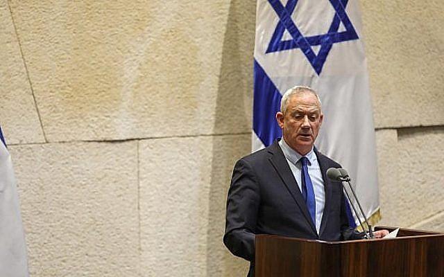 Le dirigeant de Kakhol lavan Benny Gantz s'exprime devant la Knesset, le 13 mai 2019 (Crédit : Noam Revkin Fenton/Flash90)