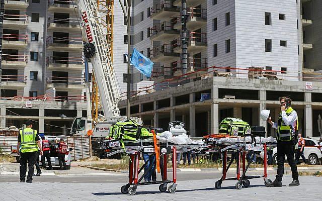 Le chantier où une grue s'est effondrée, faisant 4 morts, à Yavne, le 13 mai 2019. (Crédit : Flash90)