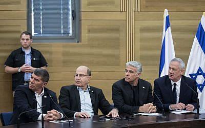 Les leaders de Kakhol lavan (de droite à gauche) Benny Gantz, Yair Lapid, Moshe Yaalon, et Gabi Ashkenazi durant une réunion de faction à la Knesset, le 20 mai 2019 (Crédit : Hadas Parush /Flash90)