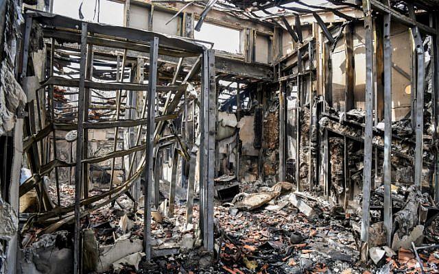 Une vue des dégâts causés par un incendie à Mevo Modiim, le 24 mai 2019 (Crédit : Avi Dishi/Flash90)
