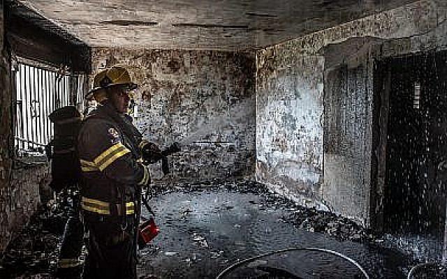 Les soldats sur les lieux d'un incendie dans un appartement de Safed, dans le nord du pays, le 25 mai 2019 (Crédit : Basel Awidat/Flash90)