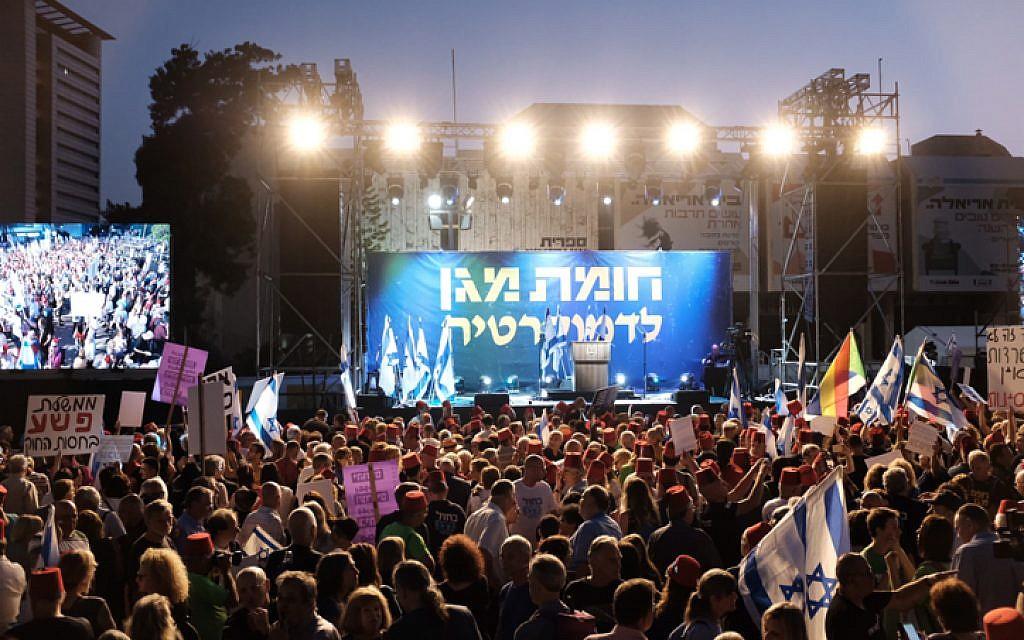 """Des Israéliens prennent part à une manifestation contre le Premier ministre Benjamin Netanyahu sous le slogan """"Halte à la loi sur l'immunité - Bouclier défensif de la démocratie"""" à Tel Aviv, le 25 mai 2019 (Crédit : Tomer Neuberg/Flash90)"""