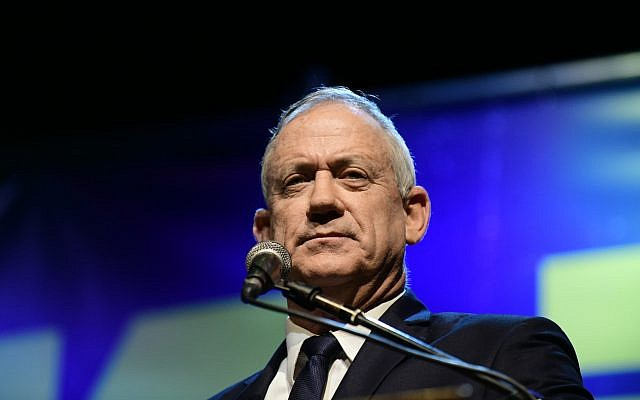 Le leader de Kakhol lavan Benny Gantz s'exprime lors d'une manifestation aux abords du musée de Tel Aviv contre les initiatives prises par le Premier ministre Benjamin Netanyahu d'éviter les poursuites dans trois affaires criminelles, le 25 mai 2019 (Crédit : Tomer Neuberg/Flash90)