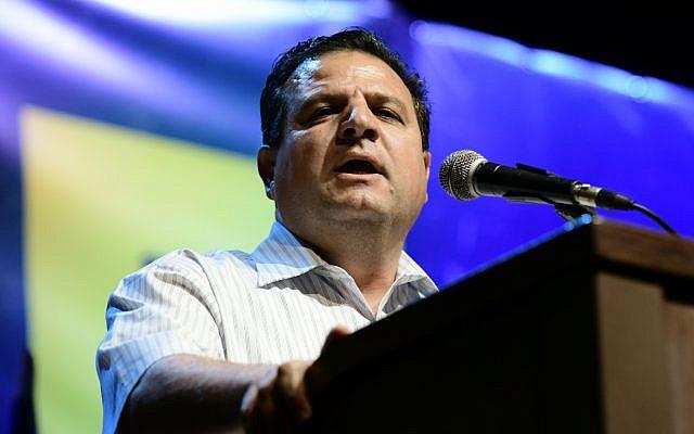 Le dirigeant de Hadash-Taal Ayman Odeh s'exprime lors d'une manifestation contre le Premier ministre israélien  Benjamin Netanyahuaux abords du musée de Tel Aviv, le 25 mai 2019 (Crédit :Tomer Neuberg/Flash90 )