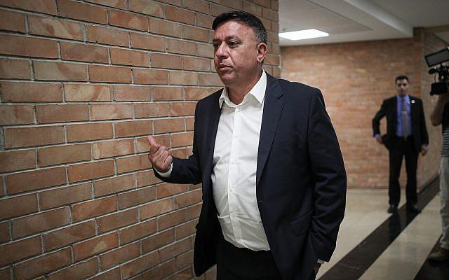 Le chef du Parti travailliste Avi Gabbay arrive à une réunion avec des membres du parti d'opposition avant le vote sur la dissolution de la Knesset, le 27 mai 2019 (Crédit : Yonatan Sindel/Flash90)