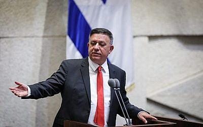 Le chef du Parti travailliste Avi Gabbay lors d'une discussion sur un projet de loi visant à dissoudre le Parlement, à la Knesset, à Jérusalem, le 29 mai 2019. (Noam Revkin Fenton/Flash90)