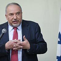 Avigdor Liberman, chef du parti Yisrael Beytenu, tient une conférence de presse à Tel Aviv, le 30 mai 2019. (Flash90)
