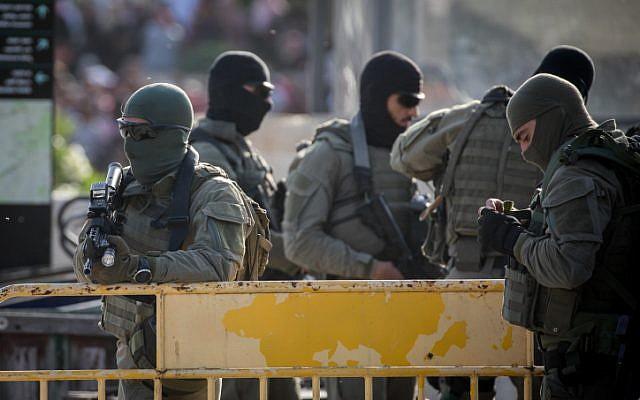 Les forces israéliennes de sécurité sur les lieux d'un attentat au couteau commis par un Palestinien qui a grièvement blessé un quinquagénaire, porte de Damas, dans la Vieille Ville de Jérusalem, le 31 mai 2019 (Crédit : Yonatan Sindel/Flash90)