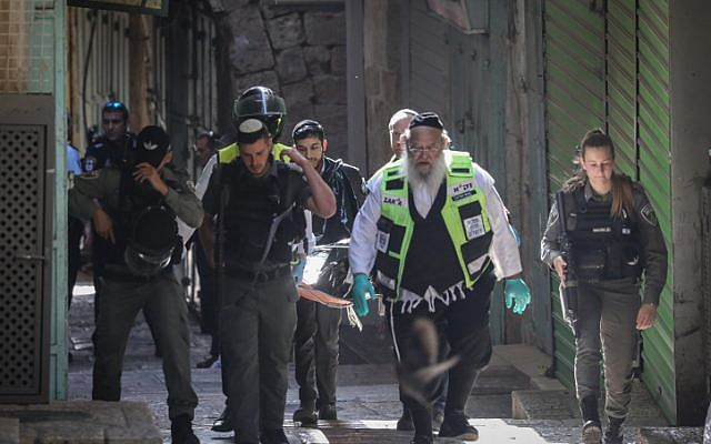 Les forces de sécurité et des secouristes israéliens emmène le corps d'un Palestinien ayant poignardé deux Israéliens dans la Vieille ville de Jérusalem, le 31 mai 2019. (Créidt : Yonatan Sindel/Flash90)