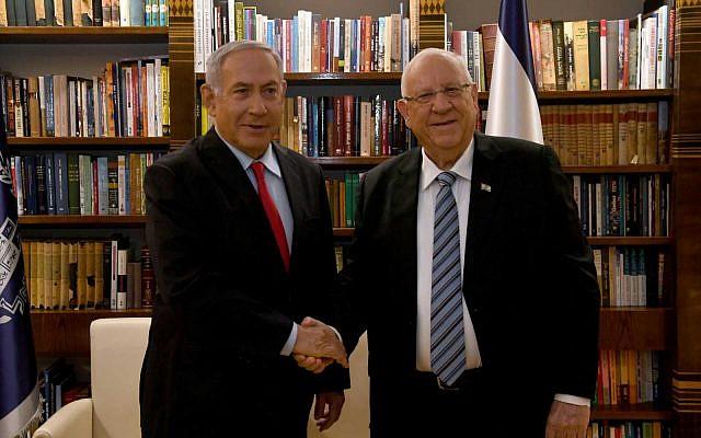 Le Premier ministre Benjamin Netanyahu (à gauche) rencontre le Président Reuven Rivlin à la résidence du Président à Jérusalem, le 17 avril 2019, alors que Rivlin le charge de former un gouvernement. (Haim Zach/GPO)