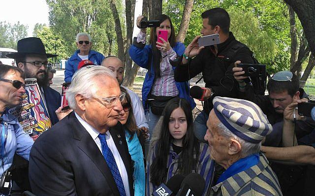 Le survivant de la Shoah Edward Mosberg, 93 ans et l'ambassadeur américain en Israël David Friedman, durant la Marche des Vivants, le 2 mai 2019. (Crédit : Michael Bachner/Times of Israel)