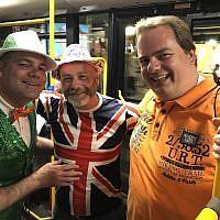 Bob Green, à gauche,  Robert Cameron et Pascal Rissewijick, qui se trouvent tous en Israël pour l'Eurovision, à bord de la navette qui les emmène aux deuxième demi-finales, jeudi soir, le 16 mai 2019 (Crédit : Jessica Steinberg/Times of Israel)