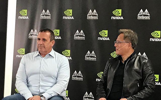 Eyal Waldman, (à gauche), fondateur et PDG de Mellanox et Jensen Huang, fondateur et PDG de Nvidia Corp. lors d'une conférence de presse à Yokneam, Israël, le 25 mars 2019. (Shoshanna Solomon/Times of Israel)