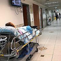 Illustration : Un malade dans le couloir de l'hôpital Rambam de Haïfa, le 22 avril 2019 (Crédit : Shoshanna Solomon/Times of Israel)