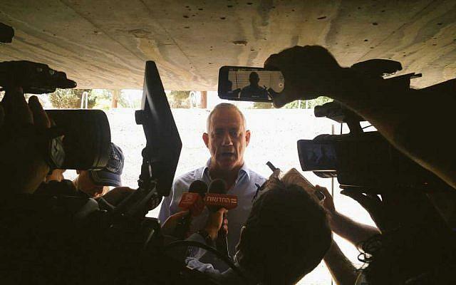 Le leader de Kakhol lavan Benny Gantz fait une conférence de presse impromptue dans un abri antiaérien de Yad Mordechai dans le bruit des roquettes qui fendent l'air, le 5 mai 2019. (Crédit : Raoul Wootliff/Times of Israel)