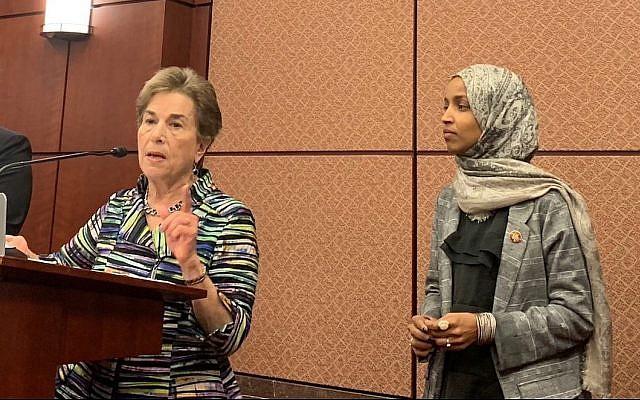 Les représentantes américaines au congrès  Ilhan Omar, à droite, et  Jan Schakowsky. (Crédit : site internet d'Ilhan Omar)