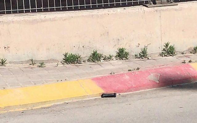 Une bombe tuyau repérée au checkpoint de Qalandiya, le 21 mai 2019. (Crédit : police israélienne)
