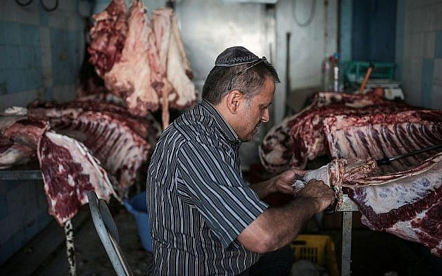 Illustration d'un homme apprêtant de la viande dans un abattoir casher. (AP Photo/Mosa'ab Elshamy)