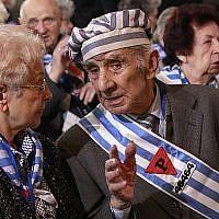 Des survivants de la Shoah assistent à une cérémonie dans l'ancien camp d'extermination nazi d'Auschwitz à Oswiecim, en Pologne, le 27 janvier 2016, 71e anniversaire de la libération du camp par l'Armée rouge soviétique, en 1945. (AP Photo/Czarek Sokolowski)