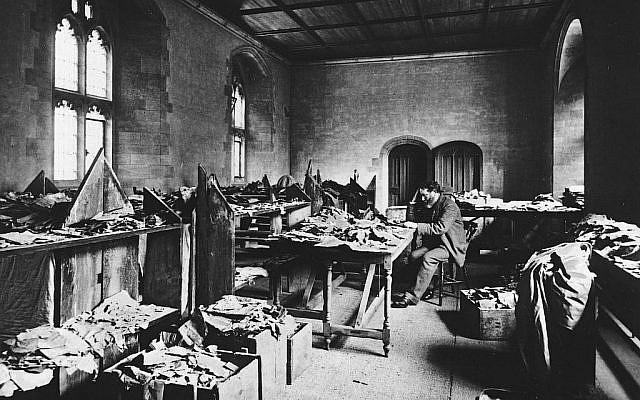 Solomon Schechter travaillant sur le contenu de la Geniza du Caire qu'il ramena à l'Université de Cambridge en 1898. (Avec l'aimable autorisation de Michelle Paymar)
