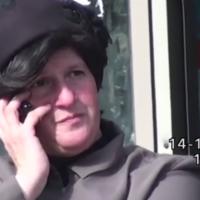 Un détective privé photographie Malka Leifer au téléphone à Bnei Brak le 14 décembre 2017. (Crédit : capture d'écran YouTube)