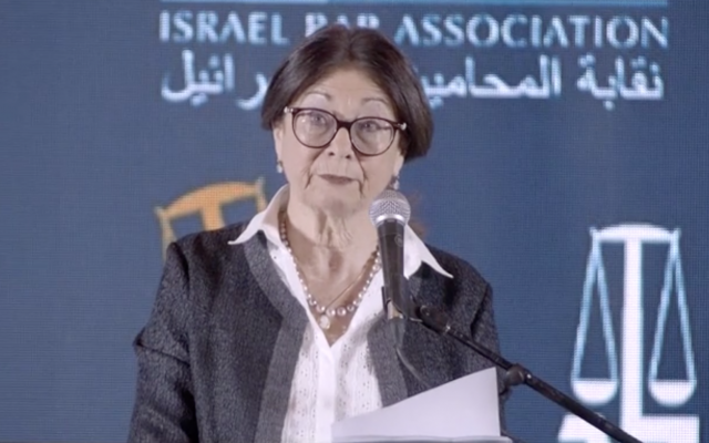 La juge en chef de la Cour suprême Esther Hayut prend la parole lors d'une conférence juridique à Eilat, le 27 mai 2019. (Capture d'écran/Douzième chaîne)