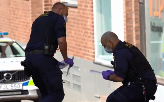 La police recueille des indices sur les lieux d'une attaque au couteau dans la ville suédoise d'Helsingborg, où une femme juive aurait été gravement blessée, le 14 mai 2019. (Capture d'écran : Aftonbladet)