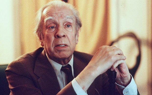 Jorge Luis Borges, auteur argentin aveugle, à Buenos Aires, le 20 novembre 1981 (Crédit : AP Photo/Eduardo Di Baia)