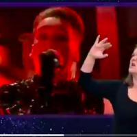 Matthías Tryggvi Haraldsson, du groupe islandais Hatari, chante lors de la finale de l'Eurovision 2019 tandis qu'une interprète traduit les paroles de la chanson en langue des signes de manière très expressive (Autorisation :  Capture d'écran Twitter )