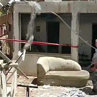 Les secouristes sur la scène d'une explosion à Eilat qui a tué un homme de 65 ans et blessé une autre femme, le 16 mai 2019. (Crédit : capture écran / YouTube)
