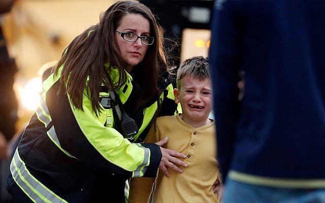 Des élèves sont conduits vers un bus pour retrouver leurs parents après une fusillade dans une école de la périphérie de Denver, dans le Colorado, le 7 mai 2019. (Crédit : AP/David Zalubowski)