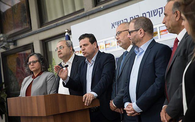 Les députés arabes du parti Hadash-Taal lors d'une conférence de presse après une réunion avec le président Reuven Rivlin, le 15 avril 2019 (Crédit : Yonatan Sindel/Flash90)