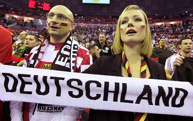 Des Allemands chantent l'hymne national à un match de handball à Cracovie, le 31 janvier 2016. (Crédit : AP/Czarek Sokolowski)