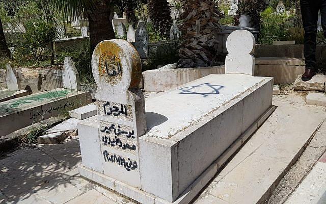 Une tombe du village de Hawara, dans le nord de la Cisjordanie, vandalisée par une étoile de Davis lors d'un crime de haine apparent, le 3 mai 2019 (Crédit : Yesh Din)