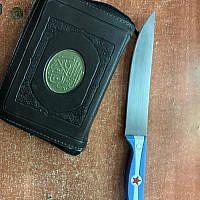 Un couteau et un Coran transportés par une Palestinienne au tombeau des Patriarches à Hébron, le 19 mai 2019 (Crédit :  Police israélienne)