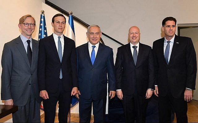 (de G à D) Brian Hook, représentant spécial des États-Unis pour l'Iran, le conseiller de Donald Trump Jared Kushner, le Premier ministre Benjamin Netanyahu, l'envoyé de paix américain dans le Moyen-Orient, Jason Greenblatt, et l'envoyé israélien aux États-Unis, Ron Dermer, lors d'une réunion tenue au bureau du Premier ministre à Jérusalem le 30 mai 2019. (Crédit : Ziv Sokolov / Ambassade des États-Unis à Jérusalem)